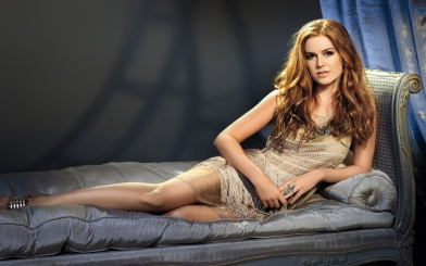 isla_fisher_blonde_dress_sofa_photoshoot_25129_2560x1600